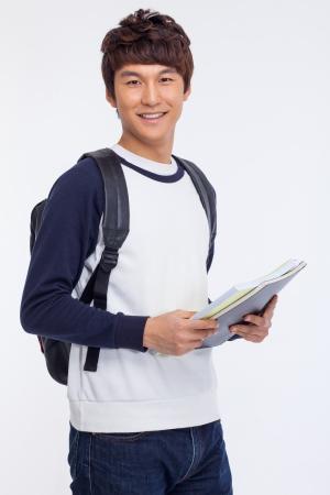 Jonge Aziatische student op wit wordt geïsoleerd