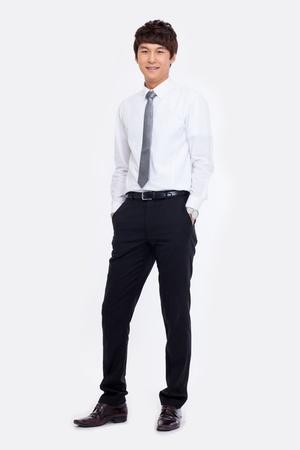 흰색 배경에 고립 된 젊은 아시아 비즈니스 사람.