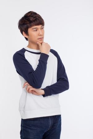 Denken jonge Aziatische man op een witte achtergrond.