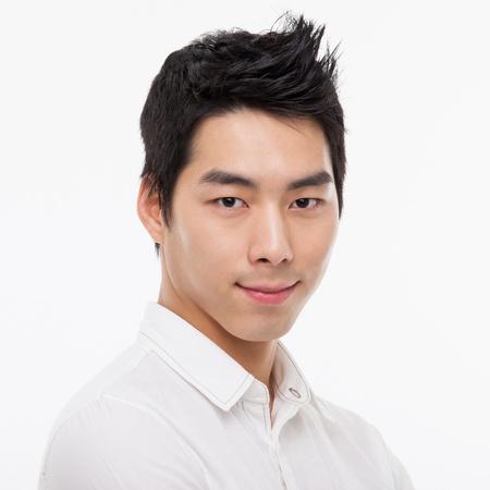 Jonge Aziatische man close-up shot op wit wordt geïsoleerd