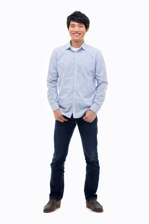 cuerpo entero: Hombre asiático joven aislado sobre fondo blanco.
