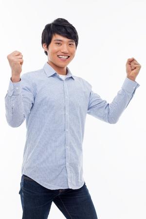 Jonge Aziatische mens die vuist en gelukkig teken geïsoleerd op witte achtergrond.