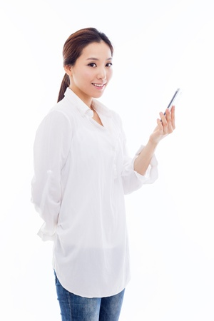 Jonge Aziatische vrouw met behulp van een slimme telefoon geïsoleerd op een witte achtergrond.