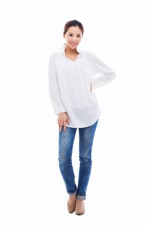 expresion corporal: Joven mujer asiática shot completa aislado sobre fondo blanco. Foto de archivo