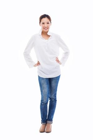 Jonge Aziatische vrouw vol geschoten op een witte achtergrond.