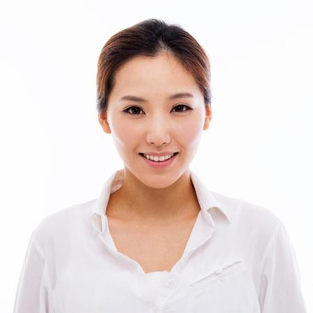 행복 한 젊은 아시아 여자 총을 닫습니다 흰색 배경에 고립입니다.