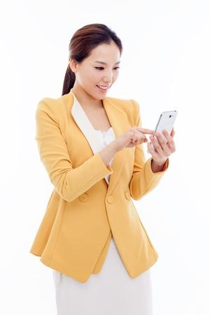 Zakenman met een slimme mobiele telefoon op een witte achtergrond.