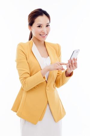 Bedrijfsmens met slimme die celtelefoon op witte achtergrond wordt geïsoleerd. Stockfoto