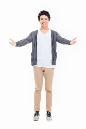 Asian male model: Young người đàn ông châu Á cho thấy dấu hiệu chào đón cô lập trên nền trắng.