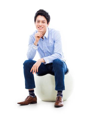 persona seduta: Giovane asiatica che si siede sulla sedia isolato su bianco.