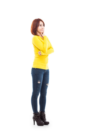 expresion corporal: Disparo joven mujer llena asiática aislada sobre fondo blanco.