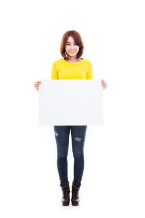 Aziatische vrouw toont banner geïsoleerd op witte achtergrond. Stockfoto - 24967503