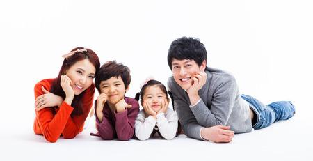 parent and child: Familia feliz asi�tica aislada sobre fondo blanco