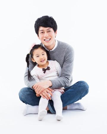 father and daughter: Cha hạnh phúc châu Á và daugther cô lập trên nền trắng.