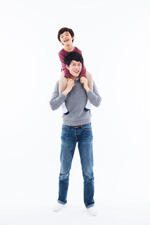 Gelukkige Aziatische vader en zoon op een witte achtergrond.