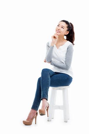 Denken jonge Aziatische vrouw geïsoleerd op witte achtergrond Stockfoto - 32608615
