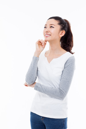 mujer pensando: Pensando en la mujer asi�tica joven aislado sobre fondo blanco Foto de archivo