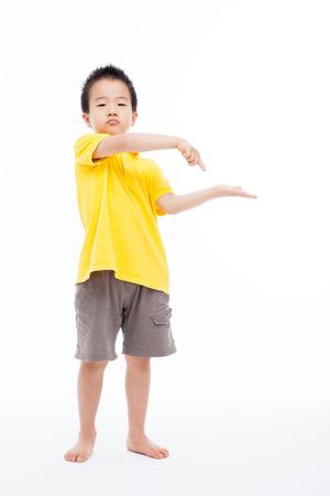 alzando la mano: Muchacho asiático mostrando algo aislado en blanco.