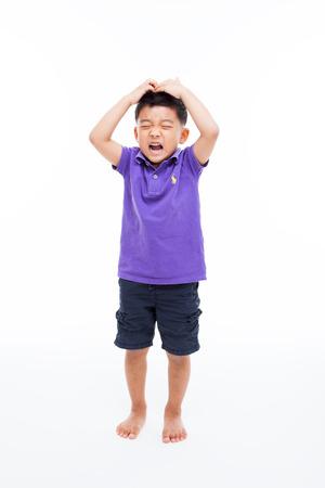ni�os enfermos: Llorando Asia muchacho lleno tiros aislados en blanco