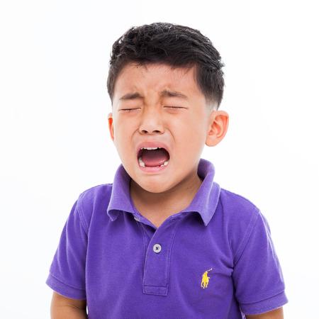 occhi tristi: Pianto ragazzo asiatico isolato su bianco
