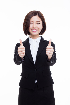 Succesvolle gelukkige Aziatische onderneemster tonen duim op een witte achtergrond.