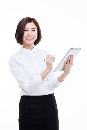 Aziatische Bedrijfsvrouw die stootpc met behulp van die op witte achtergrond wordt geïsoleerd.