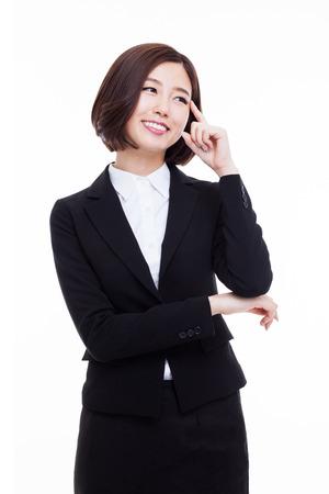 Denkende jonge Aziatische die vrouw op witte achtergrond wordt geïsoleerd