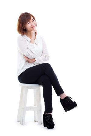 Jonge Aziatische vrouw vol schot geïsoleerd op een witte achtergrond. Stockfoto