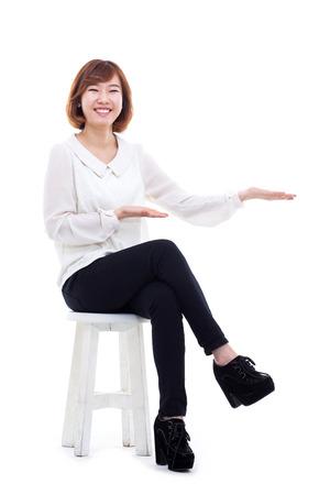 Aziatische vrouw aanwezig iets geïsoleerd op een witte achtergrond.