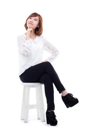 Jonge Aziatische vrouw volledige opname op een witte achtergrond.