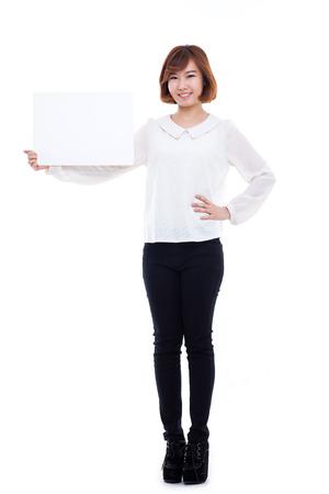 Aziatische vrouw die banner toont die op witte achtergrond wordt geïsoleerd.