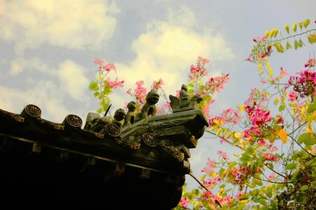 traufe: Traufe Skulpturen und Blumen