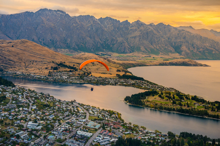 Paragliding over Queenstown and Lake Wakaitipu from viewpoint at Queenstown Skyline, New Zealand Stok Fotoğraf