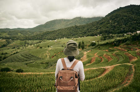 A tourist standing in the middle of Pa Bong Piang rice field in Chaingmai, Thailand 免版税图像