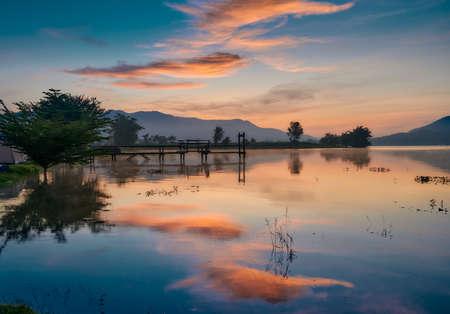 The landscape of Lam Taphoen reservoir at sunrise in Suphan Buri province, Thailand 免版税图像