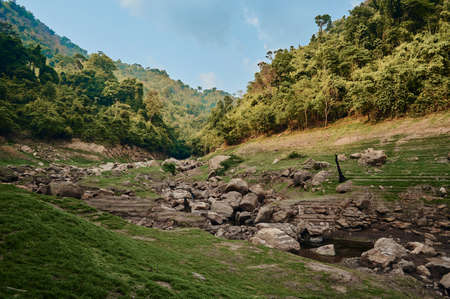 The track to Chong lom waterfall, a famous tourist attraction at Khun Dan Prakan Chon Dam, Nakorn Nayok province, Thailand 免版税图像