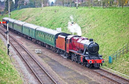complemento: Tren de vapor en un corte profundo con una dotaci�n completa de pasajeros a bordo
