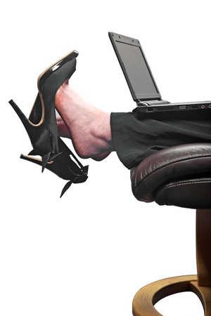 escabeau: Femme d'affaires en mettant ses pieds et travaillant sur son ordinateur