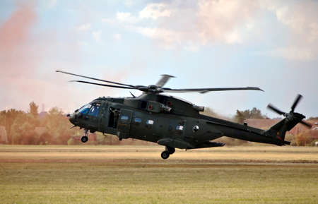 merlin: BENSON, Inglaterra - 25 de agosto: A Royal Air Force Merlin helic�ptero demuestra una evacution emergencia y colocar el refuerzo de tropas durante la demostraci�n de aire Benson 25 de agosto 2011 en Benson.
