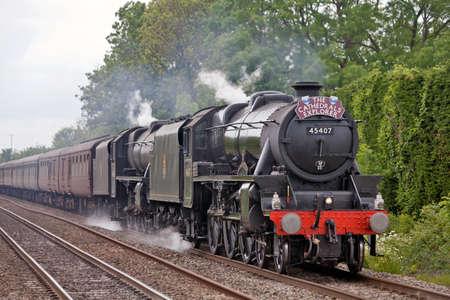 Steventon, ANGLIA - 13 maja: GB V wchodzi w końcowy etap swojej tydzień długą trasę narodowego Wielkiej Brytanii na czele dwóch Stanier Black 5 lokomotyw parowych na 13 maja 2011 w Steventon.