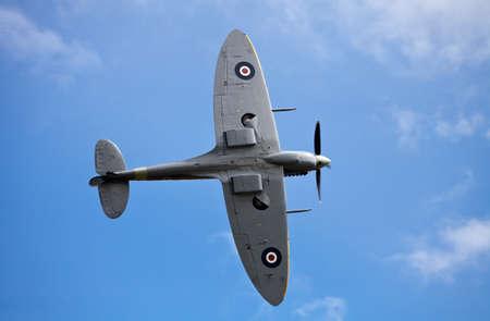 warden: VIEJA GUARDIA, Inglaterra - 07 de agosto: Un avi�n de combate Spitfire barre m�s all� de la mitad de observadora multitudes en su presentaci�n acrob�tica en la gala de Shuttleworth verano el aire el 7 de agosto de 2011 en Old Warden.