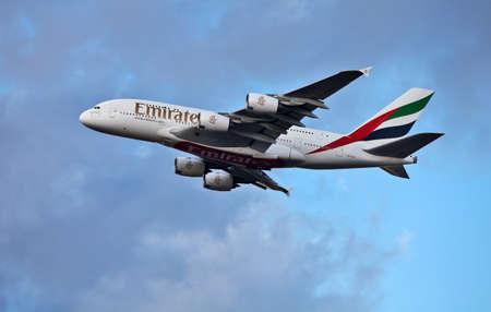 p�rim�tre: LONDRES - 19 F�VRIER: Un flys Emirates Airbus A380 sur le p�rim�tre limite de l'a�roport d'Heathrow sur F�vrier 19 2012 � Londres. L'Airbus A380 est actuellement le jet le plus grand des mondes passagers, pouvant accueillir jusqu'� 853 passagers