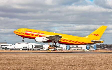 operates: Luton, Inghilterra - 25 febbraio: Un aereo cargo DHL AirbusA300 decolla dall'aeroporto di Luton il 25 febbraio 2012 a Luton, in Inghilterra. DHL aviazione, una divisione di DHL Express gestisce una flotta di 75 aerei in tutto il mondo Editoriali