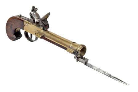 baionetta: Antico pistole mini con baionetta su uno sfondo bianco
