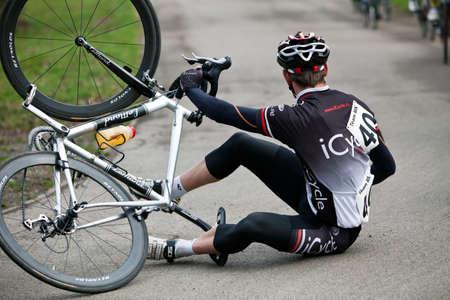 mk: MILTON KEYNES, Inglaterra - 17 de marzo: Un piloto no identificado del equipo Icycle se desliza sobre la superficie h�meda durante la carrera semi-pro 2.3 Banda ciclo 4 en el taz�n de fuente MK 17 de marzo de 2012 en Milton Keynes