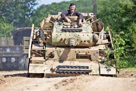 mk: Portsmouth, Reino Unido - 03 de junio: Una r�plica Panzer MK IV entra en un tanque de cunetas pronunciadas durante una batalla recreaci�n escena de la serie Overlord Militar el 3 de junio de 2012 a Portsmouth