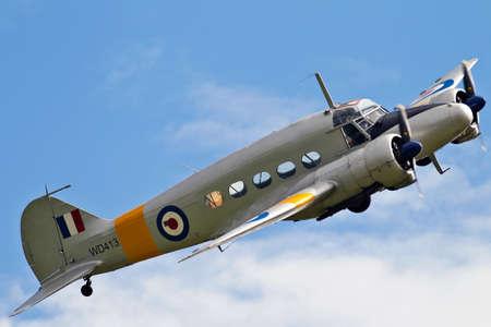 warden: BIGGLESWADE, Reino Unido - 28 de julio 2013 Un ex RAF Avro Anson se acerca Old Warden aer�dromo para hacer su aterrizaje el Anson fue introducido en 1936 y 11.020 fueron construidos antes de retirarse en 1968 de la Royal Air Force
