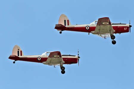 warden: BIGGLESWADE, Reino Unido - 28 de julio de dos aproximaci�n de la aeronave de entrenamiento Chipmunk el viejo guarda aer�dromo el 28 de julio de 2013 en Biggleswade The Chipmunk vol� por primera vez en 1946 en 1.283 unidades fueron producidas en total Editorial