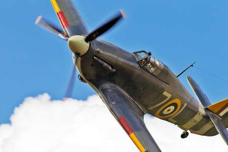 warden: BIGGLESWADE, Reino Unido - 28 DE JULIO A conservan Hawker Sea Hurricane bancos firmemente en su aproximaci�n para aterrizar en el Old Warden aer�dromo el 28 de julio de 2013 en Biggleswade