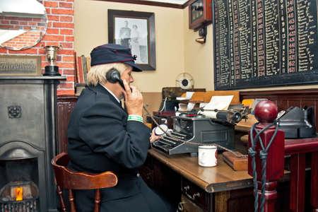 reenactor: Headcorn, Reino Unido - 17 de agosto A reenactor mujer en WW2 Bomberos uniforme responde a una llamada de emergencia durante una recreaci�n de los bombardeos en el combinado espect�culo militar de Operaciones el 17 de agosto de 2013 en Headcorn